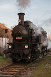 在驻地的蒸汽火车在路轨 库存图片
