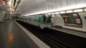在巴黎地铁车站的两列火车 最旧的地铁车站在欧洲 股票录像