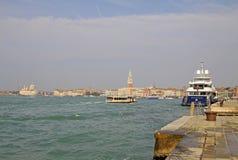 在驻地Arsenale附近的大游艇与背景的共和国总督宫殿 意大利威尼斯 免版税库存图片