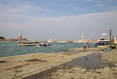 在驻地Arsenale附近的大游艇与背景的共和国总督宫殿 意大利威尼斯 库存图片