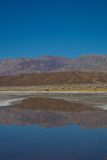 在水坑反射的红色山 库存照片