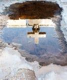 在水坑反映的十字架 免版税库存照片