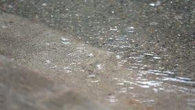在水坑,街道遏制的雨 影视素材