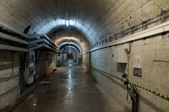 在水坝下的隧道 库存照片