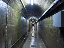 在水坝下的隧道 免版税库存照片