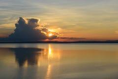 在水坝的日落反射 免版税库存照片