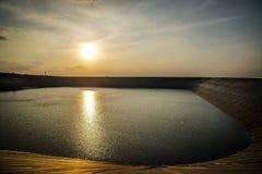 在水坝的日落 免版税库存图片
