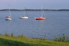在水坝的游艇 库存照片