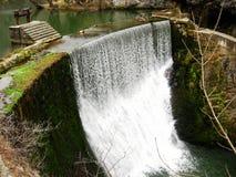 在水坝的瀑布 免版税图库摄影