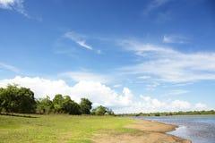 在水坝的美丽的天空 免版税库存照片