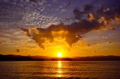 在水坝的美好的日落在Kaeng Krachan国家公园, Phetchaburi省,泰国 免版税库存照片