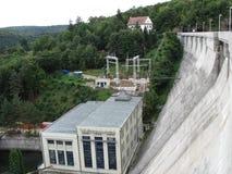 在水坝的水力发电站在狂放的自然在捷克,摩拉维亚,欧洲 免版税库存照片