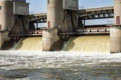 在水坝的水放电 免版税库存图片