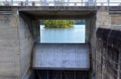在水坝的水释放门 库存图片