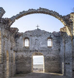 在水坝的Jrebchevo被破坏的农村教会里面,保加利亚 库存照片