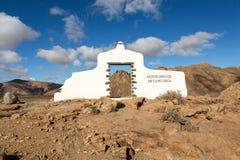 在贝坦库里亚村庄附近的典型的自治市标志有沙漠山风景的在背景中, Fuerteventur 库存照片