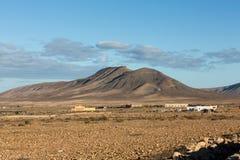 在费埃特文图拉岛的美丽的火山的山 加那利群岛tenerife 费埃特文图拉岛 免版税库存图片