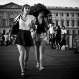 在巴黎塑造走在艺术桥梁的妇女  库存照片