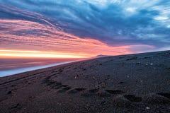 在巴塔哥尼亚海滩的红色日出 免版税库存图片