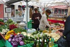 在巴塞尔市场上的地方农夫 免版税库存图片