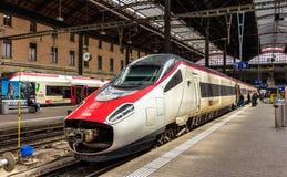 在巴塞尔SBB火车站的新的Pendolino高速掀动的火车 免版税图库摄影