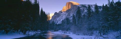 在默塞德河和半圆顶,优胜美地,加利福尼亚的日落 免版税库存图片