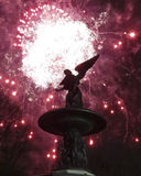 在贝塞斯达喷泉的烟花 免版税库存照片