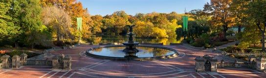在贝塞斯达喷泉,曼哈顿,纽约的中央公园日出 库存照片