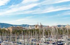 在巴塞罗那和帆船的看法在口岸Vell,巴塞罗那西班牙 免版税图库摄影