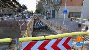 在巴塞罗那市中心照相机汽车街道上的民用工作  股票视频