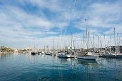 在巴塞罗那海湾的游艇  图库摄影