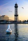 在巴塞罗那港的浮动雕象,日落的- 10/24/2014 免版税库存图片