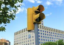 在巴塞罗那街道上选址的交通信号灯  免版税库存图片