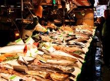 在巴塞罗那钓鱼在Boqueria市场里面的立场 免版税图库摄影