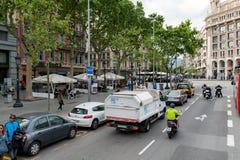 在巴塞罗那镇,西班牙的街道交通 库存图片