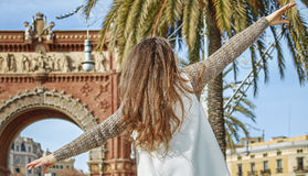 在巴塞罗那,西班牙走在栏杆的快乐的时尚商人 免版税库存图片