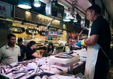在巴塞罗那,西班牙钓鱼卖主在La Boqueria市场上 库存照片