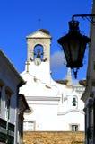 在围墙上的钟楼在法鲁老镇附近 免版税库存图片