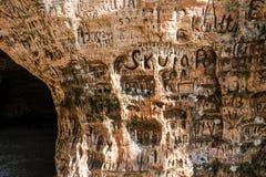 在洞墙壁上的标志 免版税库存图片