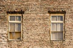在100年墙壁的古色古香的Windows 免版税库存照片
