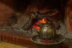 在水壶Meade煤炭的热化水由火 库存图片
