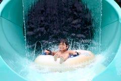 在水外面的亚洲男孩峰顶 免版税库存图片