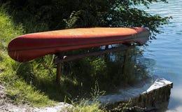 在水外面的划艇 免版税库存图片