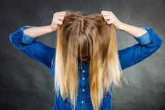 在头外面的愤怒的妇女拉扯头发 库存照片