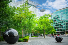 在更多伦敦河沿的现代玻璃办公大楼 库存照片