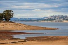 在维多利亚女王时代的乡下小山中的美丽的Hume湖 免版税库存照片