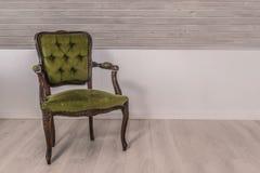 在维多利亚女王时代的设计的绿色椅子 免版税库存照片
