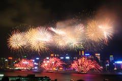 在维多利亚港口的香港五颜六色的烟花 库存照片