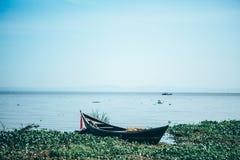 在维多利亚湖的小船 免版税库存图片
