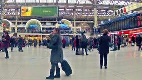 在维多利亚火车站里面的通勤者在伦敦 股票录像